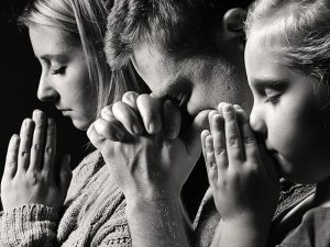 praying-family_SI